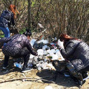 """Общинските служители в Казанлък почистват край язовир """"Копринка"""""""