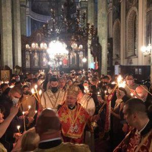 """Стотици старозагорци се стекоха на Пасхалното богослужение в катедралния храм """"Св. Николай"""""""